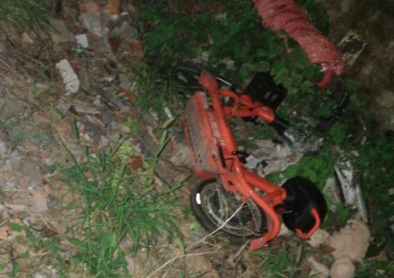 素质呢!陶阳新村附近一共享电动车被扔沟里 好凄惨