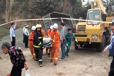 新安镇80多岁老人被货车迎面撞上!大腿撞成几段,人当场…