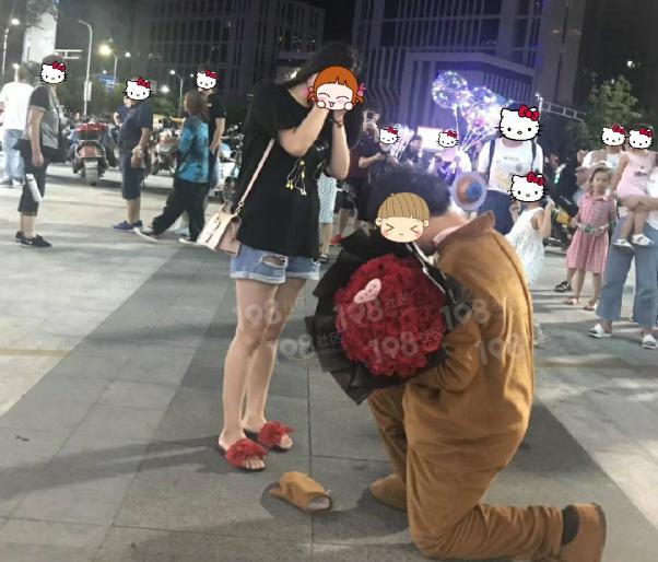 吾悦广场帅哥手捧鲜花穿这身衣服求婚!美女含羞拥抱亲吻