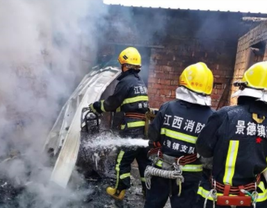 景德镇一民宅煤气罐着火!被堵村口 消防铺200米水带…