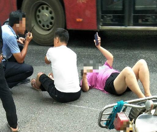 地上不烫吗?南门头一男一女躺地不起 交警忙着劝说!