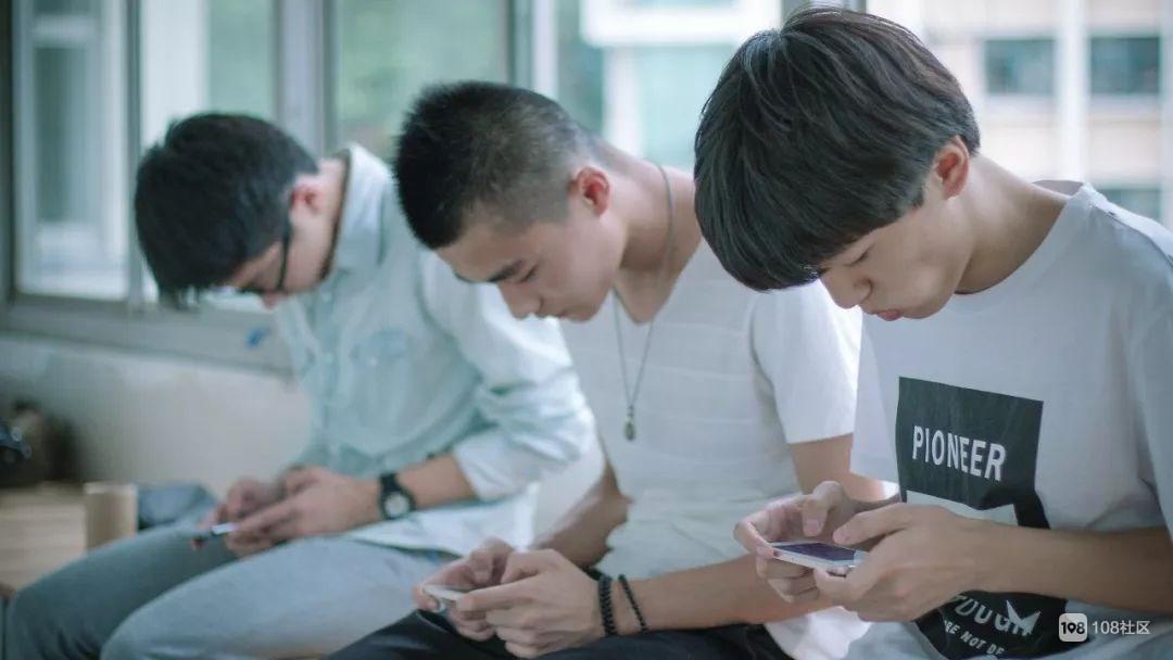 13岁孩子玩手机半身瘫痪,真相刺痛无数父母