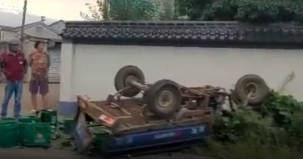 黄泽奔驰撞翻三轮车,整个车身倒扣躺马路边!一对老夫妻受伤
