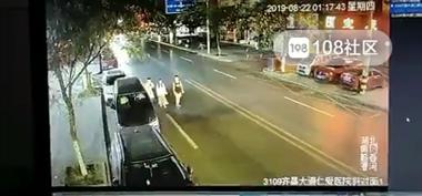 监控曝光堪比恐怖片!3人逛马路 1人瞬间不见了…