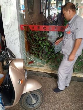 """浙江路这阿姨骑车有点""""猛""""!直接把饭店玻璃撞破了"""