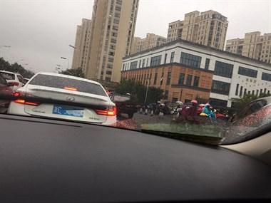 太可怕了!学生开学第一天,路上的车堵了一里长