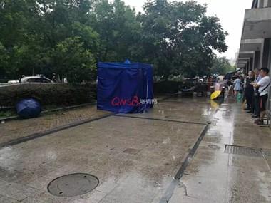 痛心!今天开学杭州12岁女孩昨日坠亡,法医当场支帐篷验尸