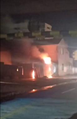 霞飞路发生火灾,现场还伴有爆炸声,路都被封了
