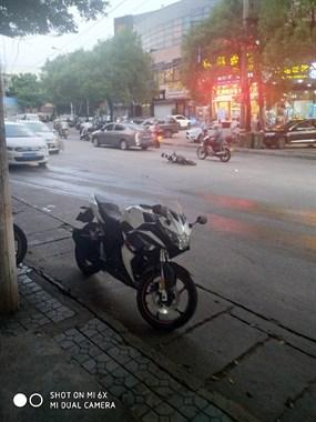马站坤隆路口,小车撞电动车
