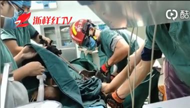 柯城一男子从工地不慎跌落,被一米长钢筋刺穿手臂!