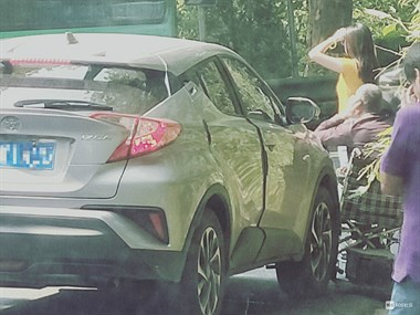对河口水库旁出事!老人瘫坐轮椅上,抵住汽车头晒起太阳