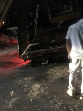 这司机太厉害!天桐路一货车沦陷 他直接开来挖掘机
