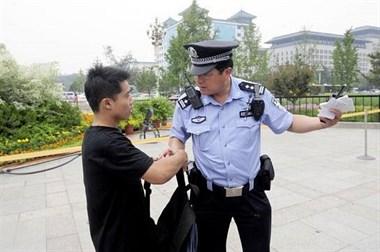 巧了!大唐民警街头宣传扫黑除恶,迎面走来嫌疑人...
