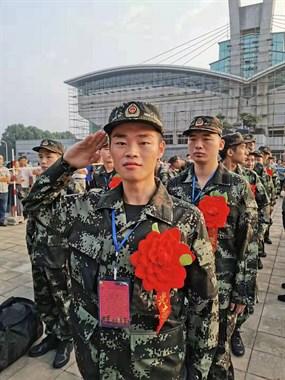 我骄傲!我光荣!老顽童志愿者首位热血男儿奔赴军营