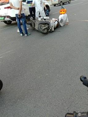 刚刚!延平某路口网约车摩托相撞,女子倒地满脸是血
