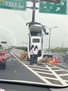 同一天同一个地方吗?两起差不多的车祸。