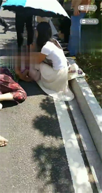 突发!平桥出车祸了一老太被撞得直说胡话 已抬上120