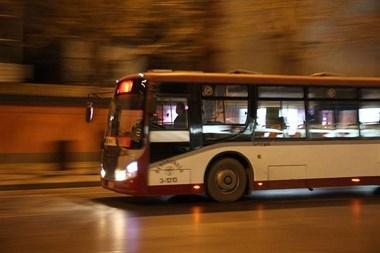 吓得发抖!过马路一公交车在我手边急停!司机竟对我破口大骂