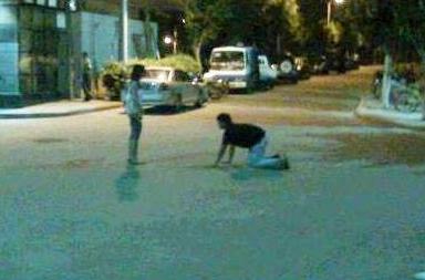 在路上看见一40多岁男人跪在女的面前,真没骨气!