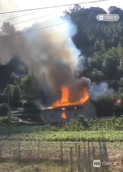 视频:开化一民房发生火灾,浓烟滚滚房顶都烧穿了