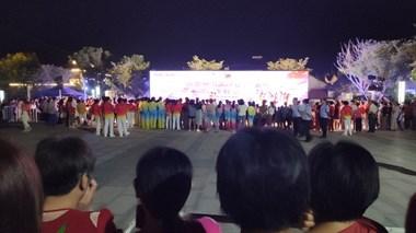 噶闹猛!洛舍广场现场人山人海,众多美女表演高难度动作