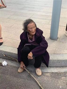 她究竟是谁?和平街头又现走失老人!脸上出血说不清家在哪儿