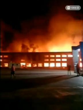 衢州某工业园区突燃大火,现场来了好几辆消防车!
