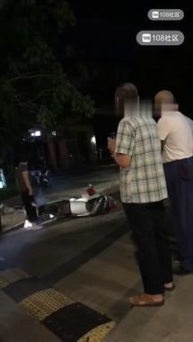 痛!桂花城南门一大爷被汽车撞得躺地不起,120已赶到