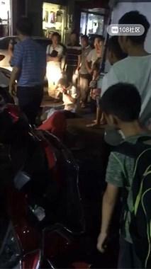 沈家一对夫妻骑电瓶车与轿车相撞,女子倒地不起!