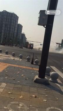 等红绿灯时,浙西大道一面包车离奇自燃烧成了空壳!