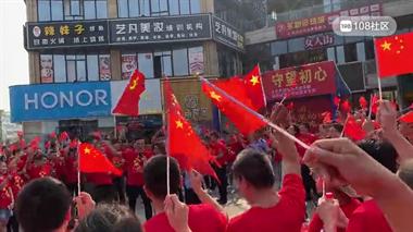 大唐永新广场围了300多人,还免费送衣服,声势浩大
