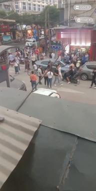 贵和街噶多人围观!2男子起争执,小孩哭着说不要打了