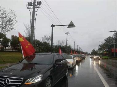 昨天,嵊州大街上被60辆小车红旗飘飘,齐齐出发,燃爆全城