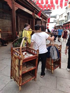 再游杜泽老街只为寻古韵,卖烟美女含笑低头