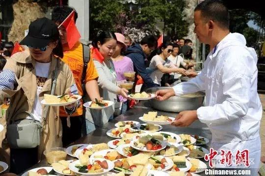 """景区""""一元午餐""""又来了!上千人排队!这份午餐不一般"""