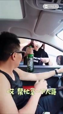 被碰瓷了?路遇美女高呼生活太难 一言不合爬进我车底!