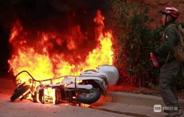 越秀路惊魂一幕!电瓶车着火,外卖小哥竟用嘴吹灭…