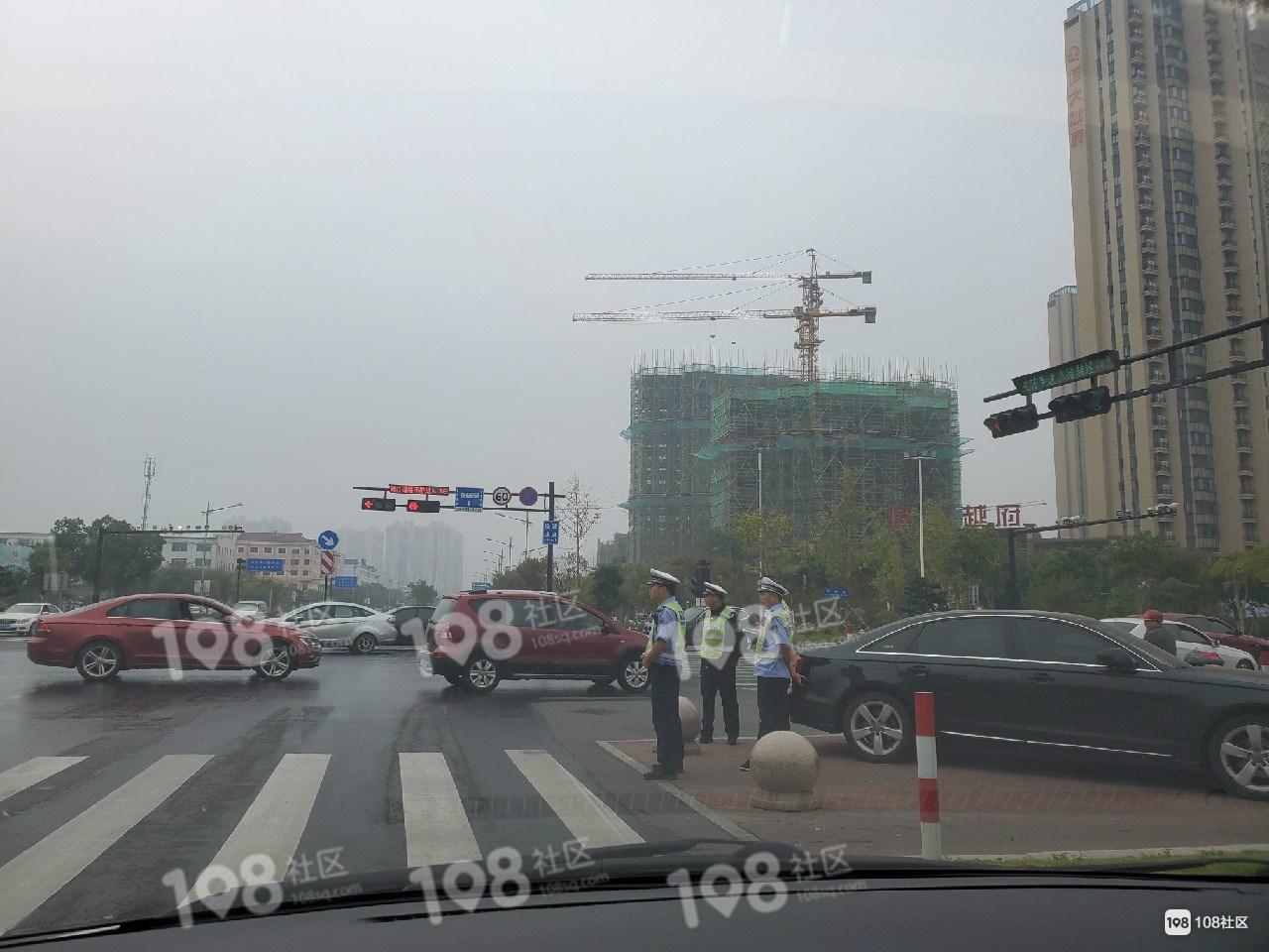 东站转盘交警出动,这些小车通通被拦下,将被拖走!