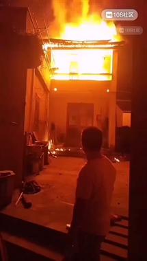 现已扑灭!长塘罗村一居民房着火,消防车呼啸而来