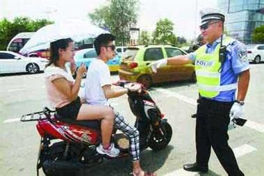 骑车买菜没戴头盔怕撞见交警?社友劝他别这么做