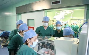 """深圳妈妈喜诞""""双龙双凤"""",院方:四胞胎出生率百万分之一"""