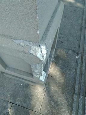 夜宵城柱子被撞坏后竟露出这东西!到底咋回事?