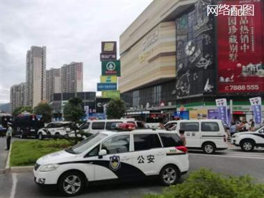 """吾悦广场被包围!警车来好几辆,噶多特警拿着""""枪"""""""