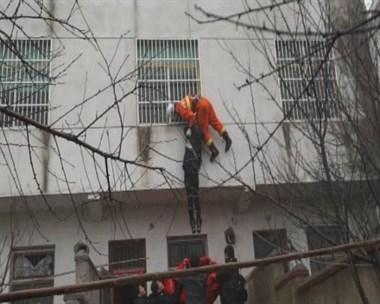 越城一女子想不开竟从六楼跳下!生死瞬间民警…