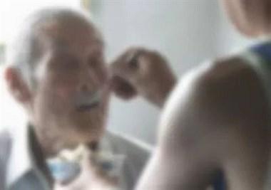 太过分,保姆连续强行喂食噎死86岁老人!法院这样判