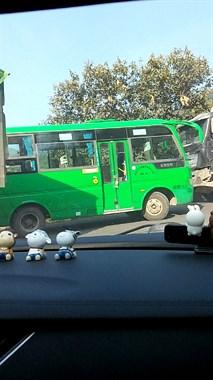 城南往儒岙出了这事!大车都排成排,开小车的在偷笑