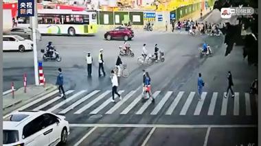 上海发生严重交通事故致2死12伤 ,63岁肇事司机抢救中