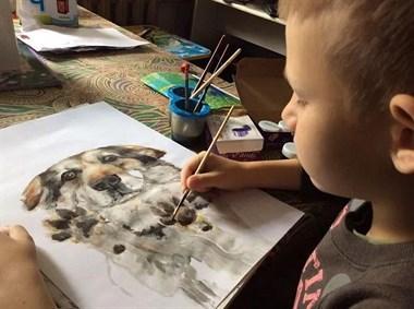靠画作救助上百条流浪狗,这名9岁男孩儿做到了很多人都没做的事!