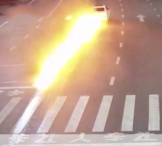 """司机醉驾撞护栏瞬间着火,马路上燃起百米""""火蛇"""""""