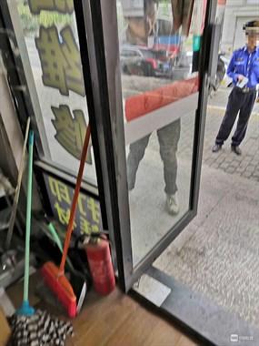 贴在玻璃门里面的广告也要铲除,只因门是往外开的